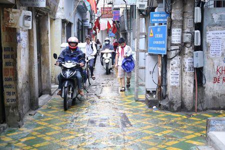 Doc dao 'tuyen duong BRT' trong ngo dau tien tai Ha Noi - Anh 8