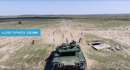 Tong thong Ukraine dieu hang loat xe tang T-80 den Donbass - Anh 1