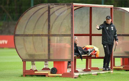 Mourinho o MU: Co gianh Europa League cung la doi tra - Anh 1
