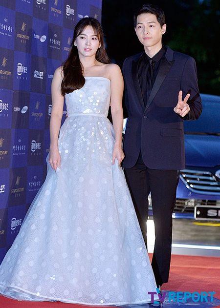Song Hye Kyo noi ve tin hen ho qua dem voi phi cong tre - Anh 3