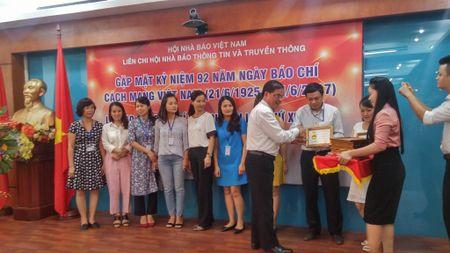Lien chi hoi Nha bao Thong tin va Truyen thong trao giai bao chi 2016 - Anh 1