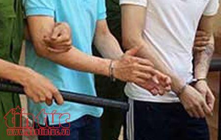 Son La: Bat hai doi tuong van chuyen 10 banh heroin bang xe may - Anh 1
