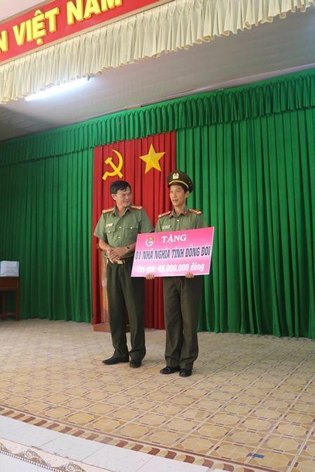 Tang nha Nghia tinh dong doi cho can bo co hoan canh kho khan - Anh 1