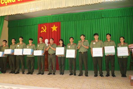 Tang nha Nghia tinh dong doi cho can bo co hoan canh kho khan - Anh 3
