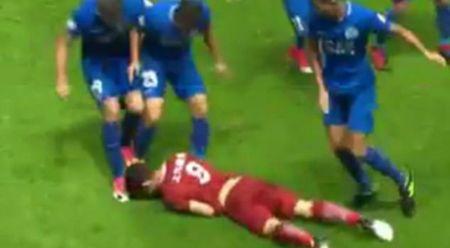 Cuu ngoi sao Chelsea, Oscar bi cau thu Trung Quoc danh nga, giam dap tren san - Anh 1