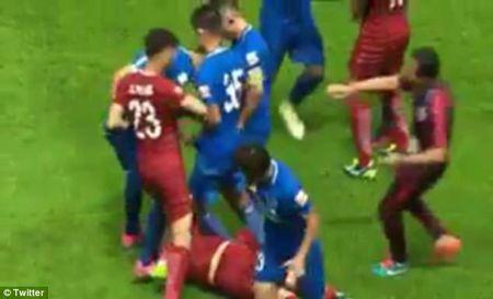 Cuu ngoi sao Chelsea, Oscar bi cau thu Trung Quoc danh nga, giam dap tren san - Anh 2