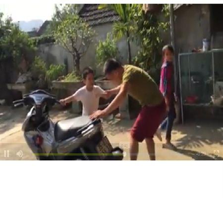 Ong bo Ninh Binh nho rang cho con bang xe may - Anh 1