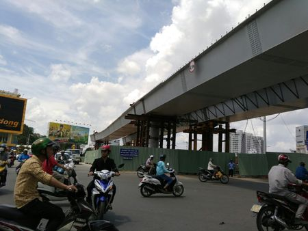 Sap thong xe hai cau vuot 'giai cuu' ket xe san bay Tan Son Nhat - Anh 1