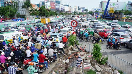 Sap thong xe hai cau vuot 'giai cuu' ket xe san bay Tan Son Nhat - Anh 2