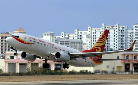 Cong ty me cua Hainan Airlines kien nguoi to cao - Anh 1