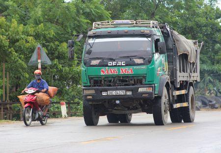 Ha Tinh: Nhan nhan xe tai khong phu hieu - Anh 1