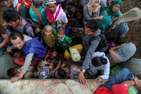 Chien su tai Marawi, day nguoi ti nan phai an la cay, bia giay - Anh 1