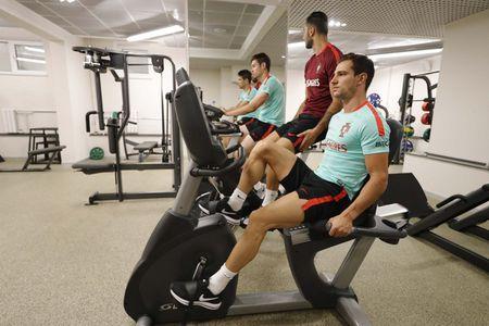 Ronaldo mat 'dua dam', ky tang cho nguoi ham mo - Anh 4