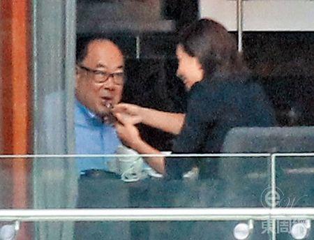 A hau Hong Kong Chu Tue Man cap ke tinh tu cung ban trai dang tuoi cha - Anh 2