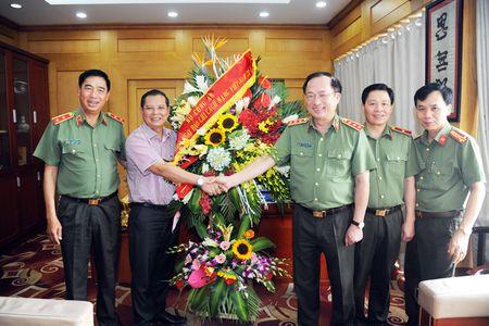 Lanh dao Bo Cong an chuc mung cac co quan thong tan, bao chi - Anh 7