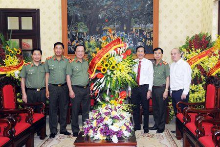 Lanh dao Bo Cong an chuc mung cac co quan thong tan, bao chi - Anh 9