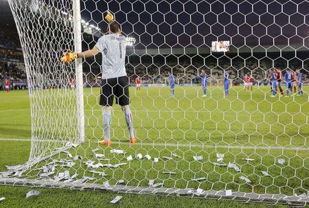 """Bi fan Milan doa doat mang, """"tieu Buffon"""" mang sieu co, bo giac mo Real - Anh 1"""