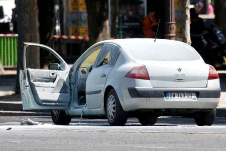 Phap: Xe o to cho vu khi dam canh sat o dai lo Champs Elysees - Anh 2
