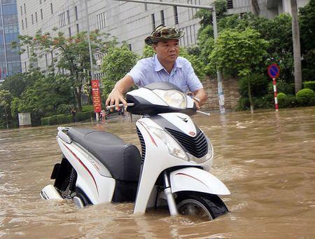 Meo di xe may qua doan duong ngap nuoc khong the bo qua - Anh 5