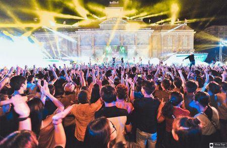 Wang tran loi keo khan gia nuoc ngoai hat nhac viet trong dem nhac EDM Festival - Anh 3