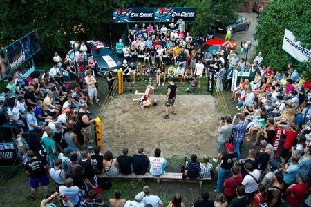 Mat 50 giay, cau thu rugby danh guc vo si MMA - Anh 1