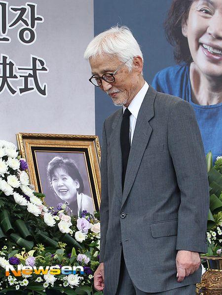 Dong nghiep dua tien nghe si Han Quoc qua doi khi phim dang phat song - Anh 4