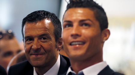 Ronaldo tuyet vong: 'Hay lam moi cach giup toi tro lai MU' - Anh 2