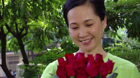 Me chong Lan Huong khong con lo ra duong bi 'nem da' trong 'Giao mua' - Anh 1