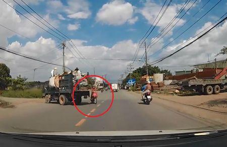 Clip: Tranh xe tai sang duong, nam thanh nien lao thang vao dau o to - Anh 1