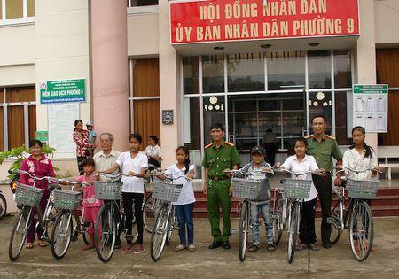 Tang qua, kham benh cho nguoi dan ngheo, hoc sinh vuot kho - Anh 1