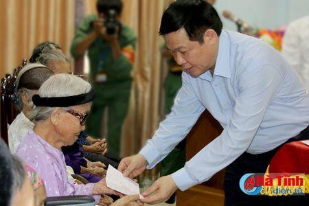 Pho Thu tuong Vuong Dinh Hue dang huong Nga ba Dong Loc, tri an cac Me Viet Nam anh hung - Anh 7