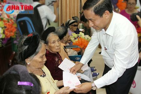 Pho Thu tuong Vuong Dinh Hue dang huong Nga ba Dong Loc, tri an cac Me Viet Nam anh hung - Anh 8
