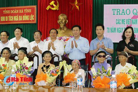 Pho Thu tuong Vuong Dinh Hue dang huong Nga ba Dong Loc, tri an cac Me Viet Nam anh hung - Anh 9