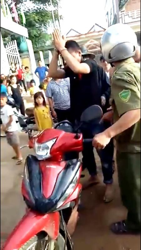 Them mot nguoi bi hanh hung nham vi bi nghi bat coc tre em o Quang Binh - Anh 2