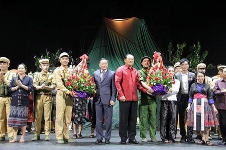 Bo doi tinh nguyen Viet Nam tren san khau kich Lao - Anh 3