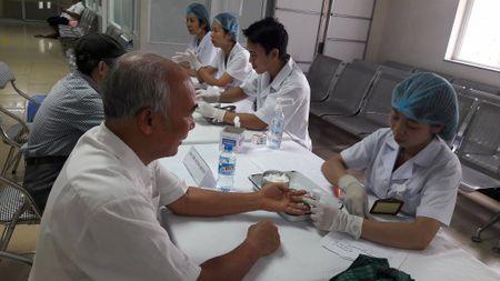 Benh vien Noi tiet TW kham, tang qua cho 215 doi tuong chinh sach - Anh 1