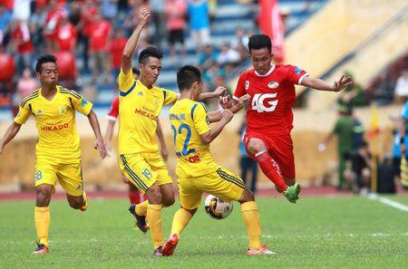 Nam Dinh thang hang V-League, san Thien Truong 'no tung' - Anh 1