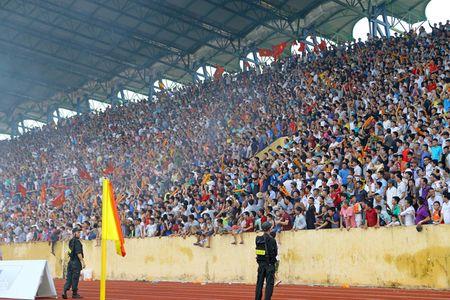 Nam Dinh thang hang V-League, san Thien Truong 'no tung' - Anh 2