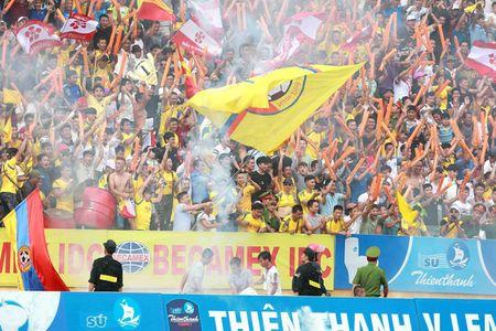 Nam Dinh thang hang V-League, san Thien Truong 'no tung' - Anh 5