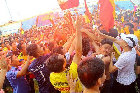 Nam Dinh thang hang V-League, san Thien Truong 'no tung' - Anh 9