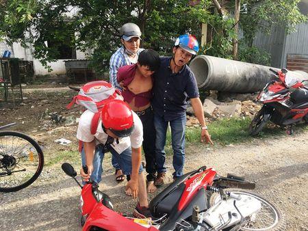 Hiep sy bat nong ten trom xe may dang dem qua Campuchia tieu thu - Anh 1