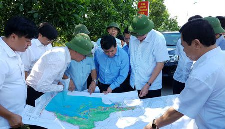 Bo truong Nguyen Chi Dung khao sat thuc dia cac du an trong diem o Quang Ninh - Anh 1