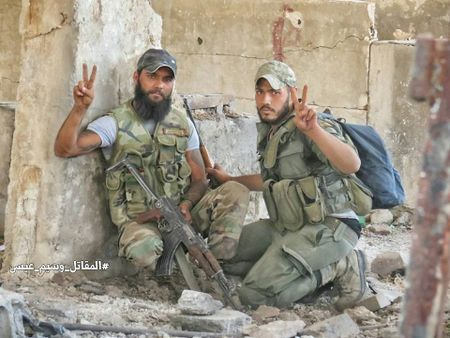 Quan doi Syria tan cong du doi cu dia thanh chien ngoai o Damascus (video) - Anh 11