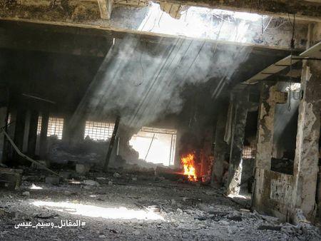 Quan doi Syria tan cong du doi cu dia thanh chien ngoai o Damascus (video) - Anh 12