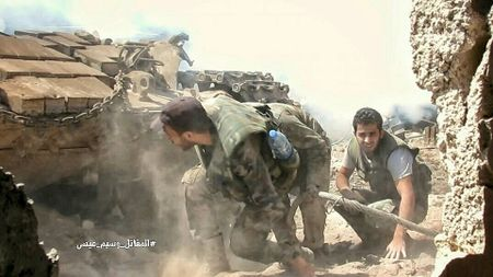 Quan doi Syria tan cong du doi cu dia thanh chien ngoai o Damascus (video) - Anh 14