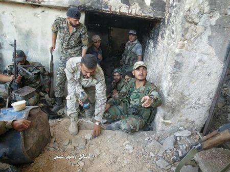 Quan doi Syria tan cong du doi cu dia thanh chien ngoai o Damascus (video) - Anh 15