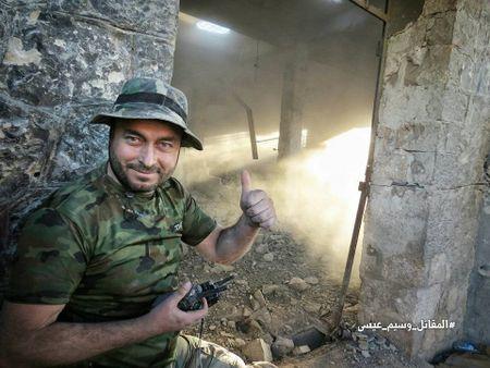 Quan doi Syria tan cong du doi cu dia thanh chien ngoai o Damascus (video) - Anh 16