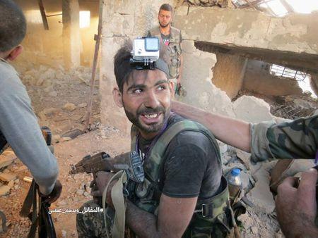 Quan doi Syria tan cong du doi cu dia thanh chien ngoai o Damascus (video) - Anh 17