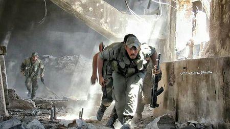 Quan doi Syria tan cong du doi cu dia thanh chien ngoai o Damascus (video) - Anh 18