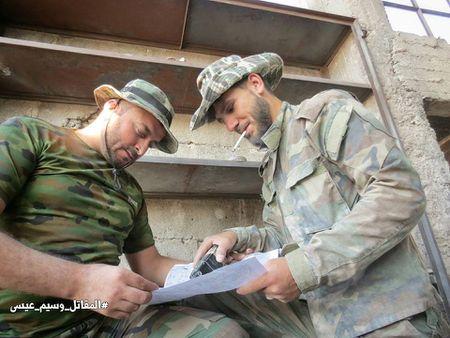 Quan doi Syria tan cong du doi cu dia thanh chien ngoai o Damascus (video) - Anh 19